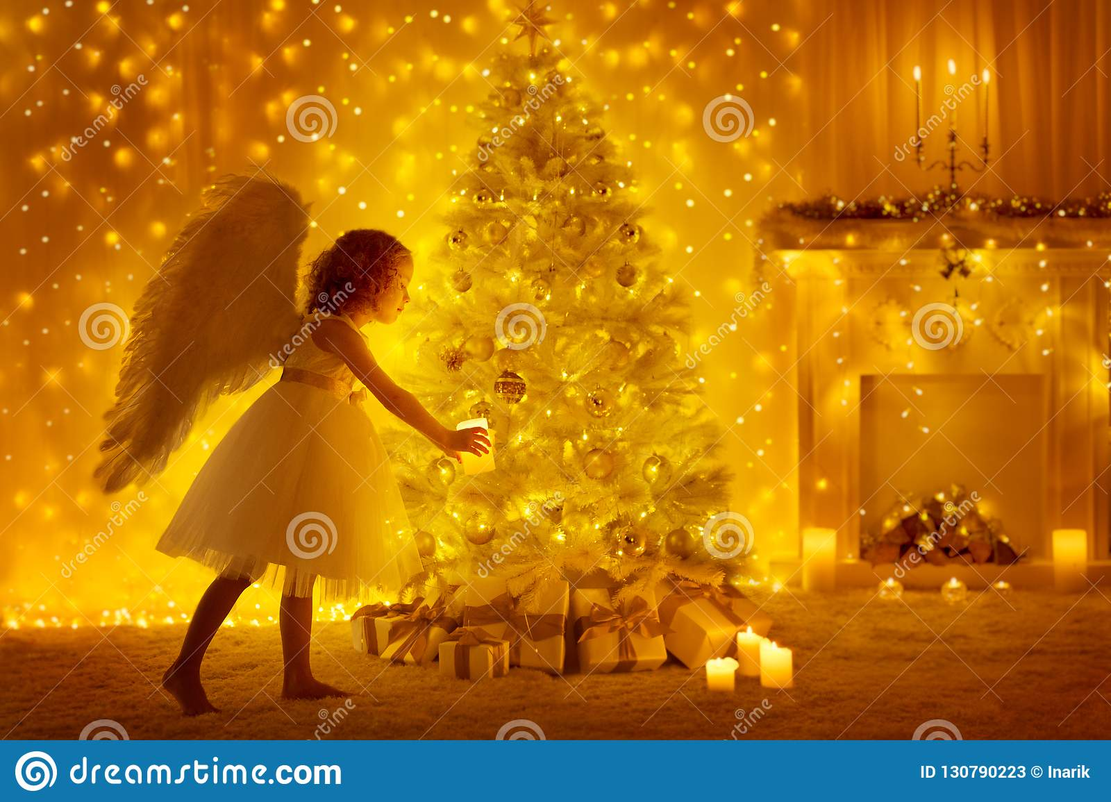 Albero di Natale e Angel Child con la candela, ragazza e presente