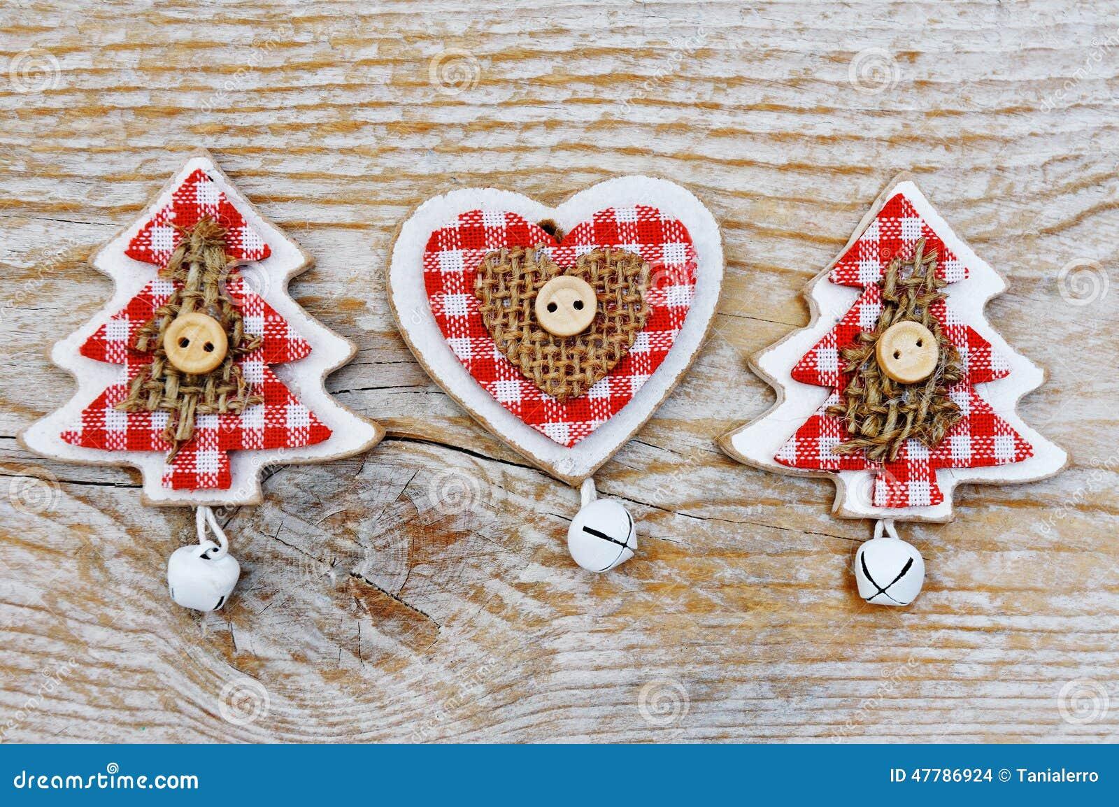 Albero di natale e decorazione del cuore su fondo di legno for Albero di natale di legno