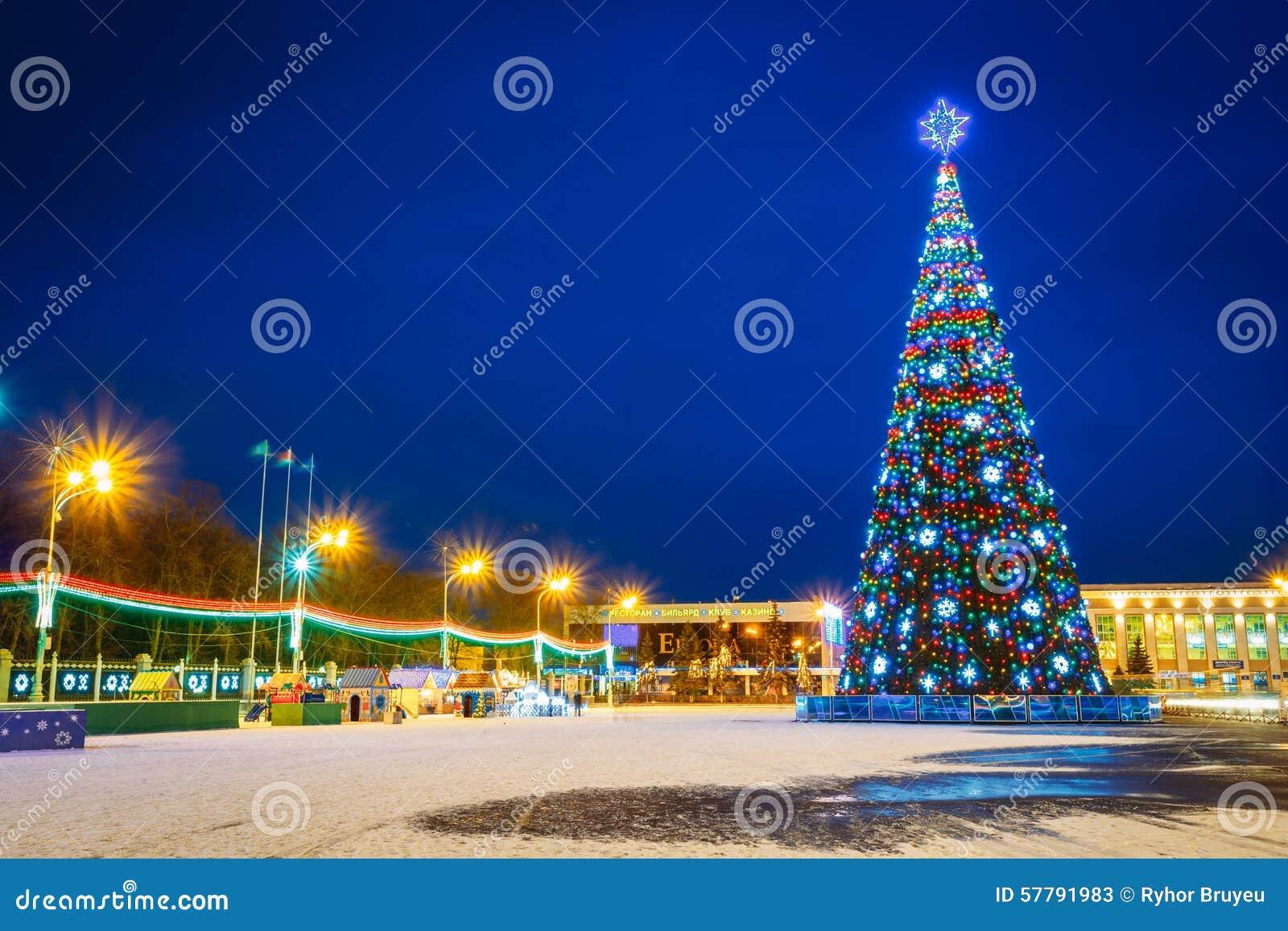 Albero di natale ed illuminazione festiva su lenin fotografia