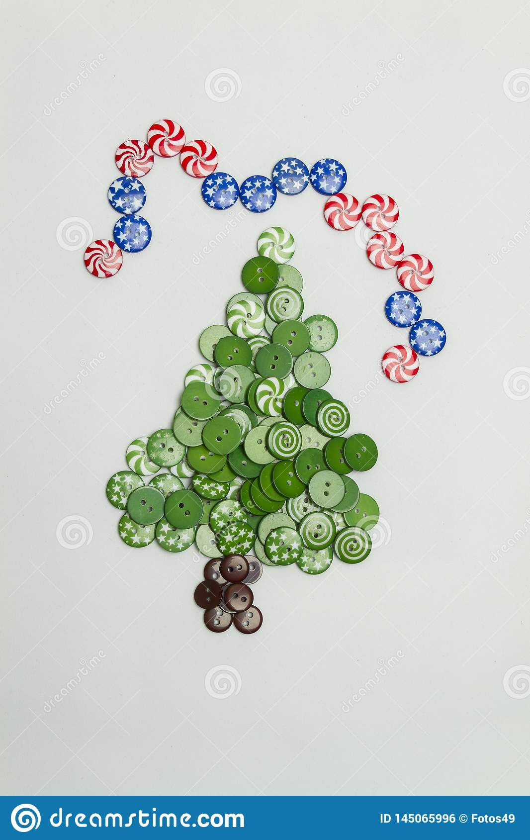 Albero di Natale fatto con i bottoni variopinti e la bandiera americana su fondo bianco