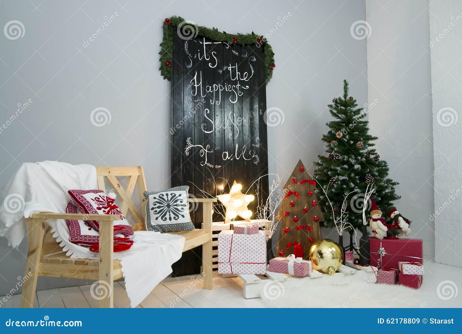 Decorazioni Sala Natale : Albero di natale nella sala decorazioni del nuovo anno immagine