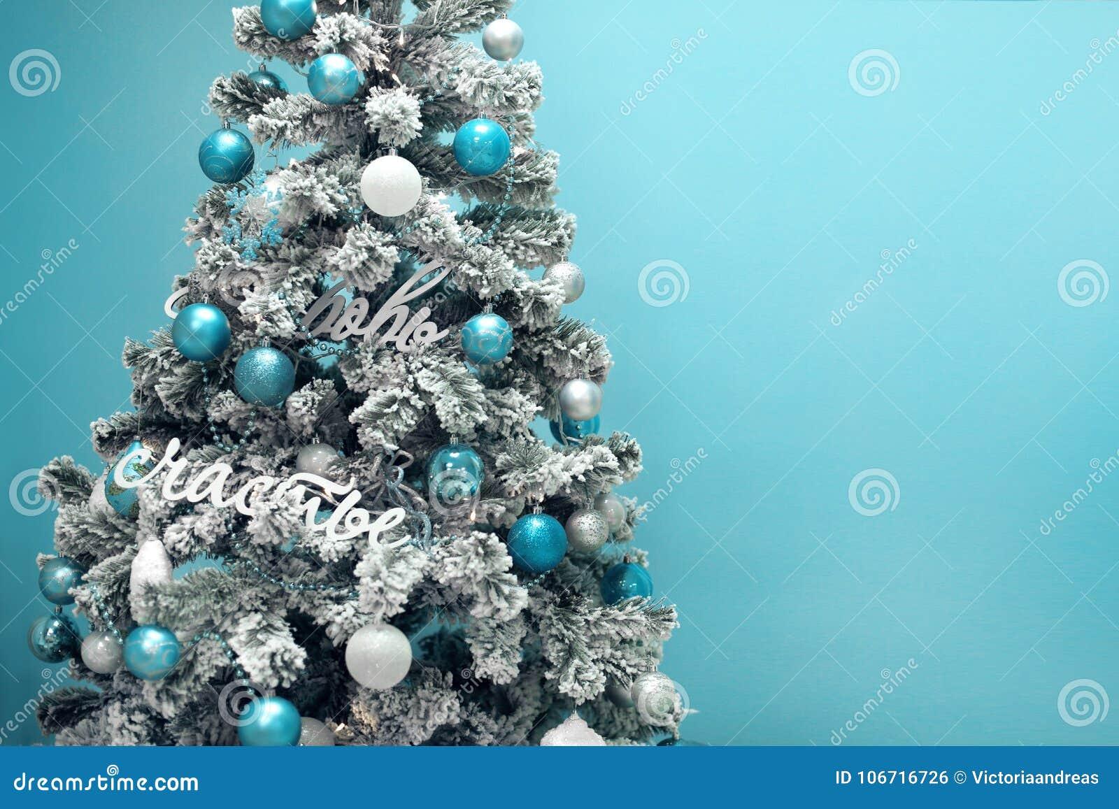 Decorazioni Albero Di Natale Blu : Albero di natale di snowy con la decorazione blu dei regali su