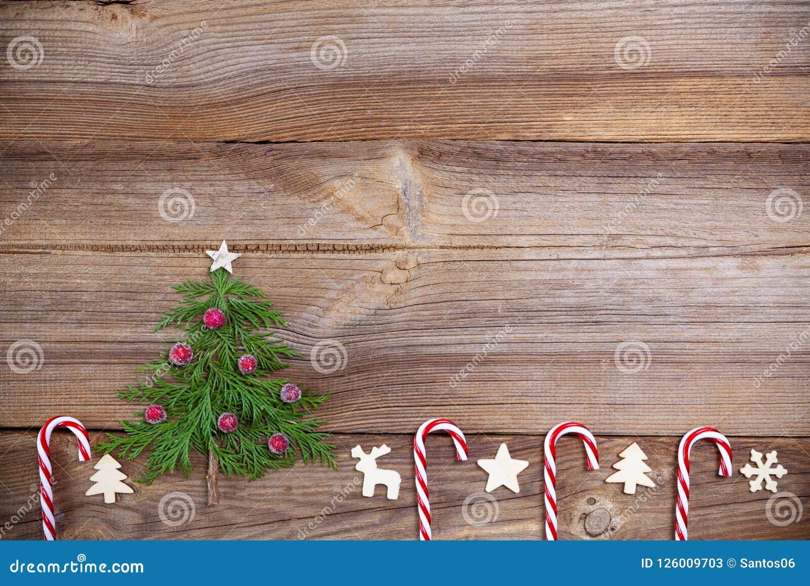 Decorazioni In Legno Per Albero Di Natale : Albero di natale sul bordo di legno con i bastoncini di zucchero e