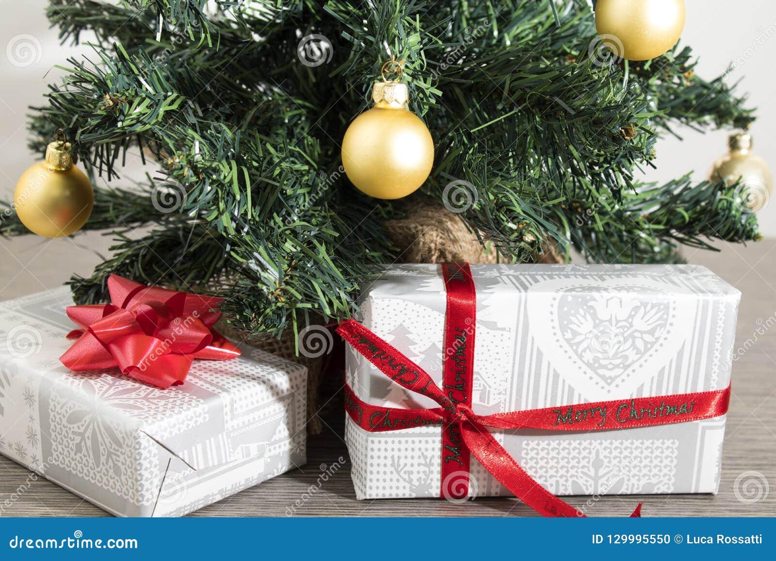 Albero di Natale verde con molti regali e decorazioni