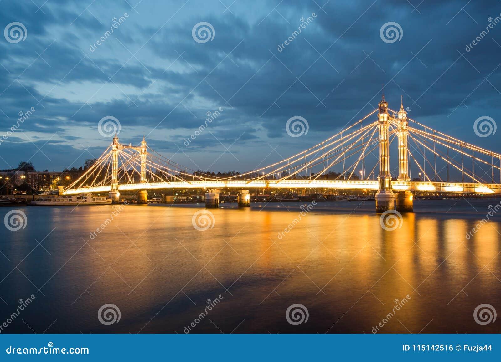 Albert Bridge och härlig solnedgång över Themsen, London England UK