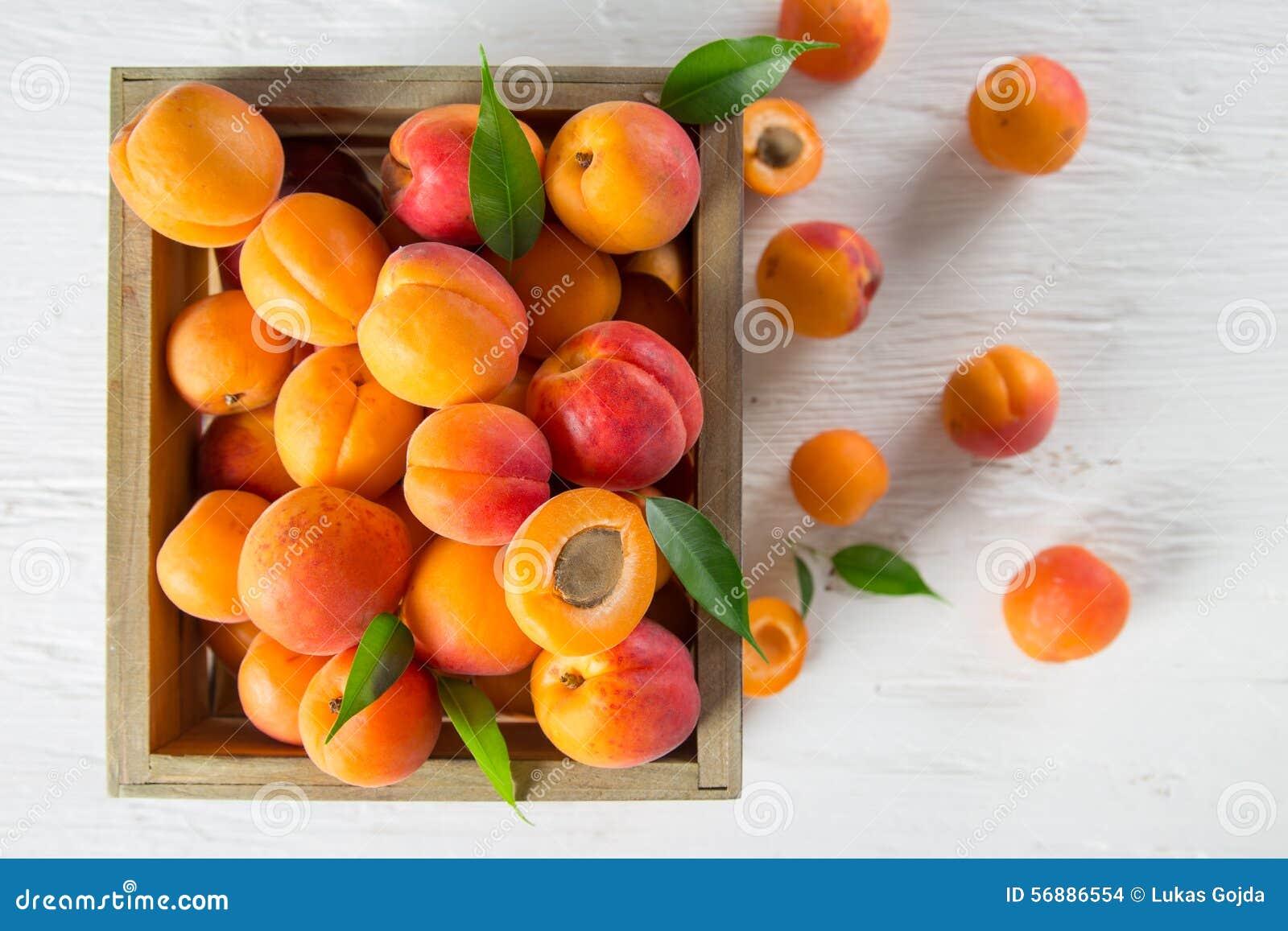 Albicocche fresche sulla tabella di legno