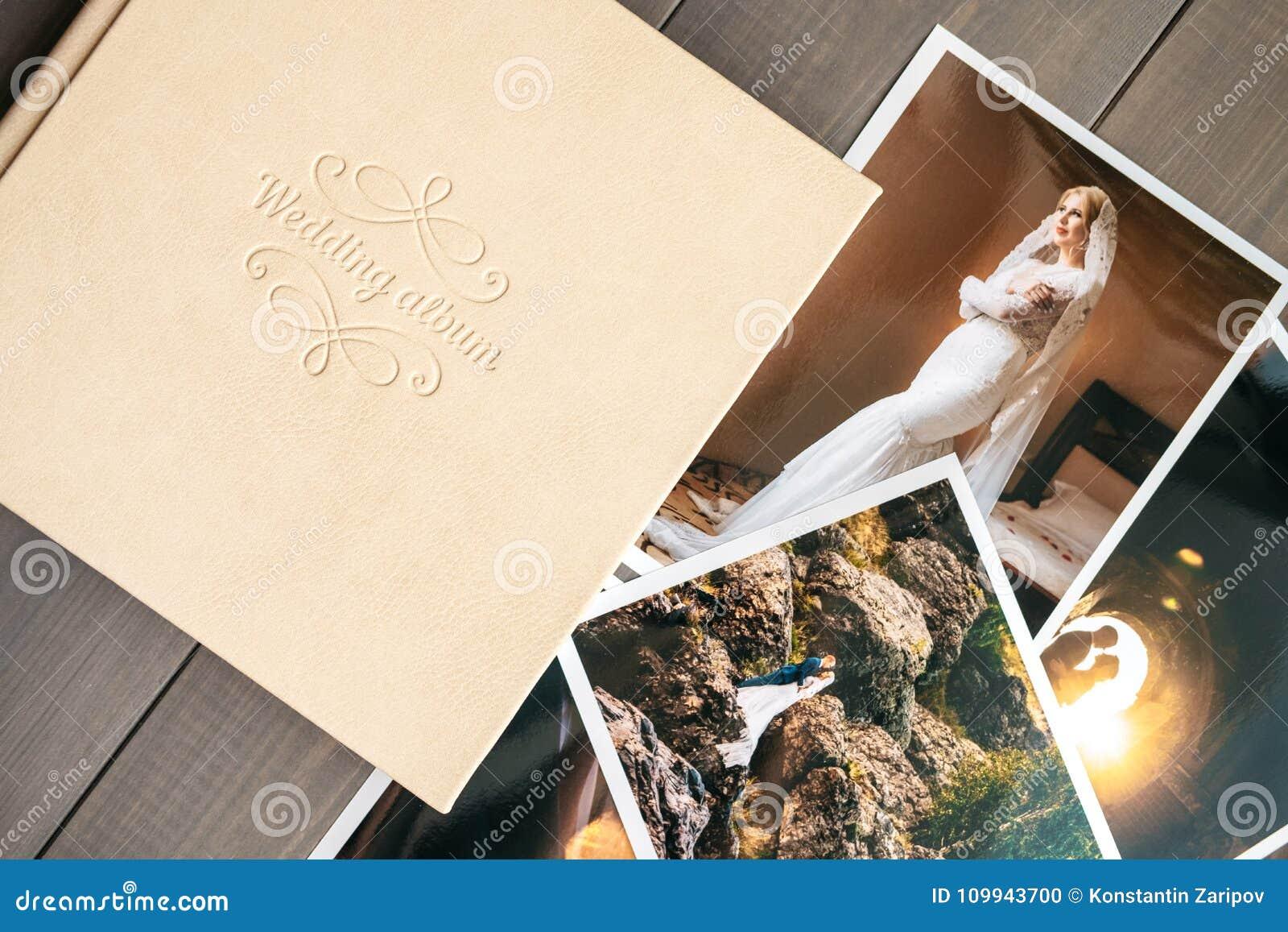 Album di nozze del cuoio bianco e foto stampate con la sposa e lo sposo