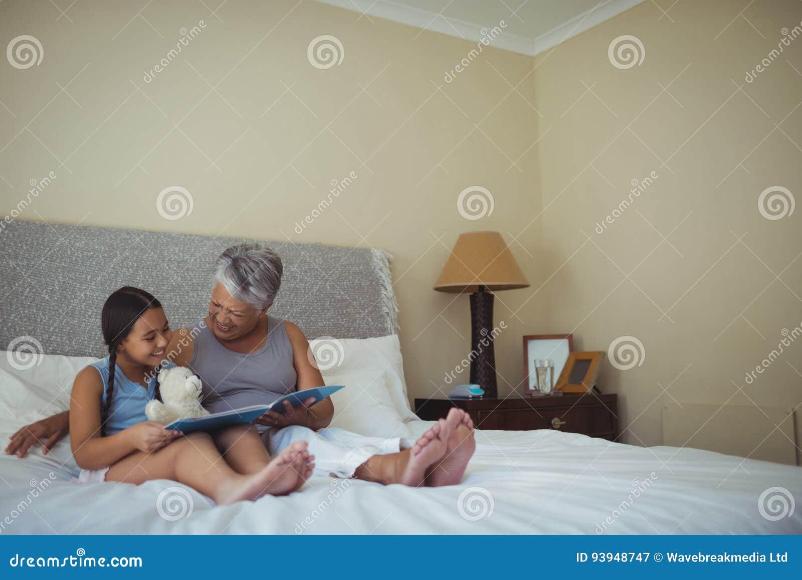 Album Photos De Observation De Grand Mère Et De Petite Fille Ensemble Dans  La Chambre De Lit à La Maison