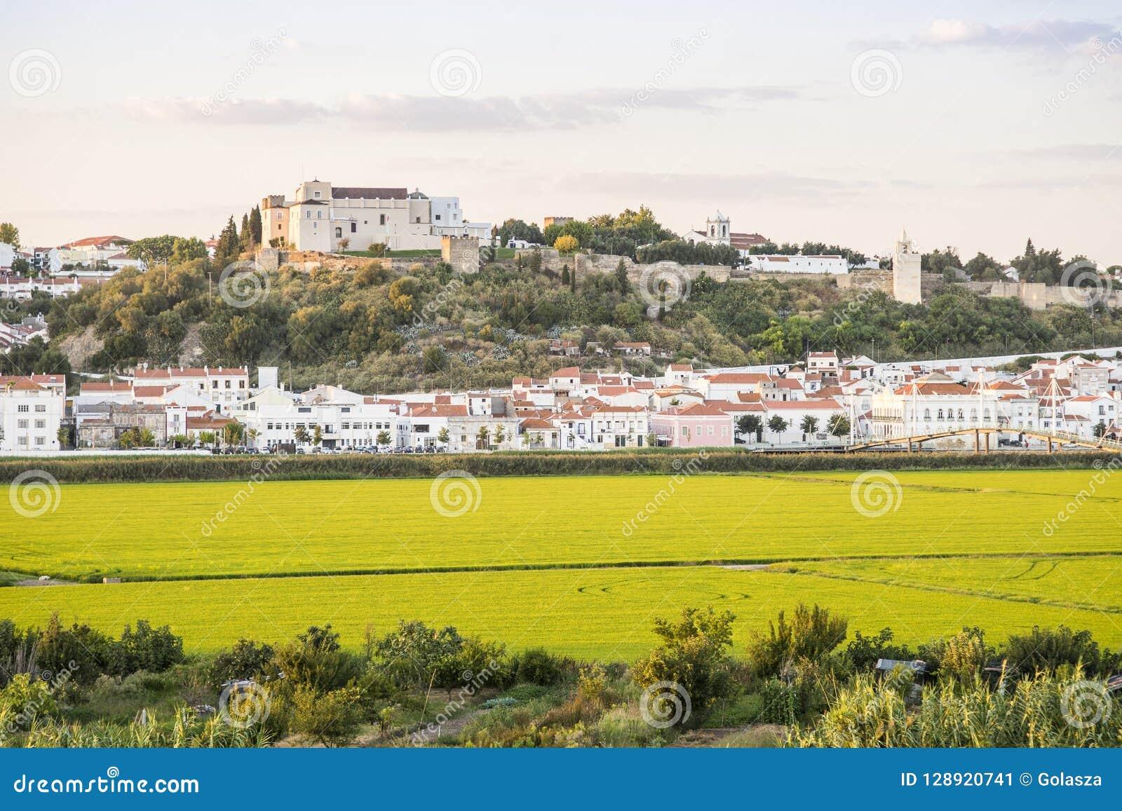 Alcacer faz o panorama do Sal no por do sol, Portugal