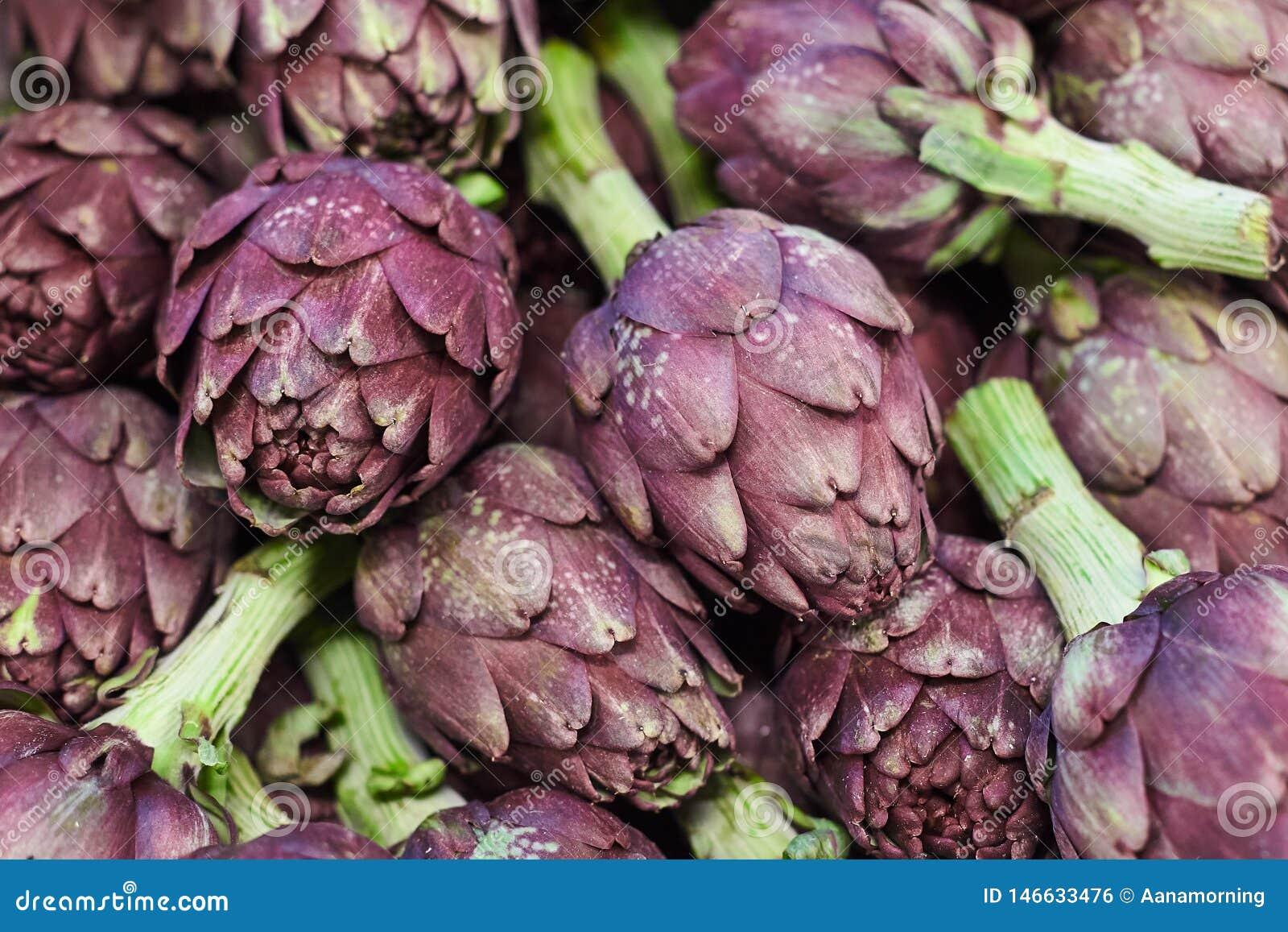 Alcachofras roxas frescas no mercado vegetal