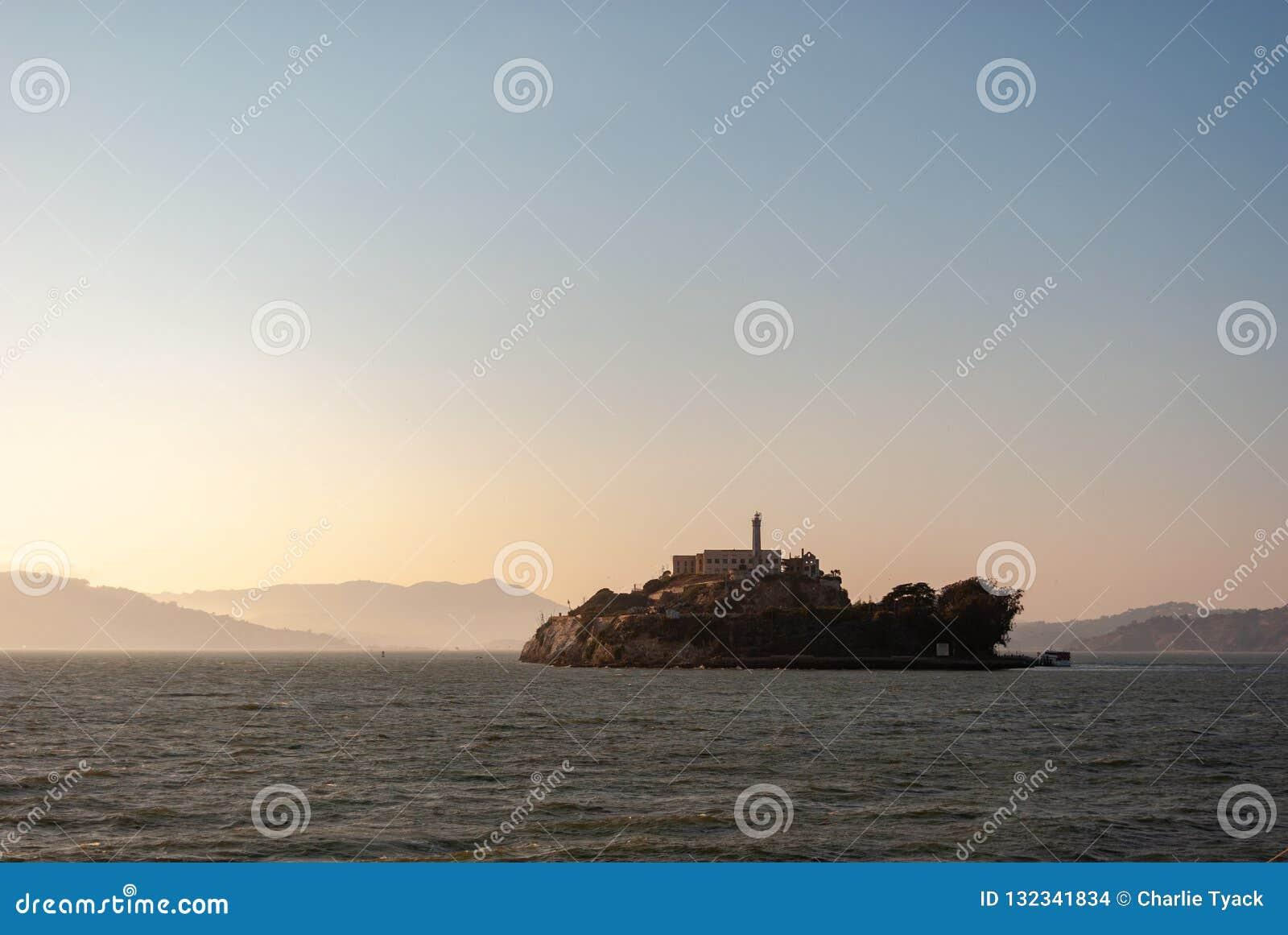 Alcatraz au crépuscule - dans la brume franciscaine de San