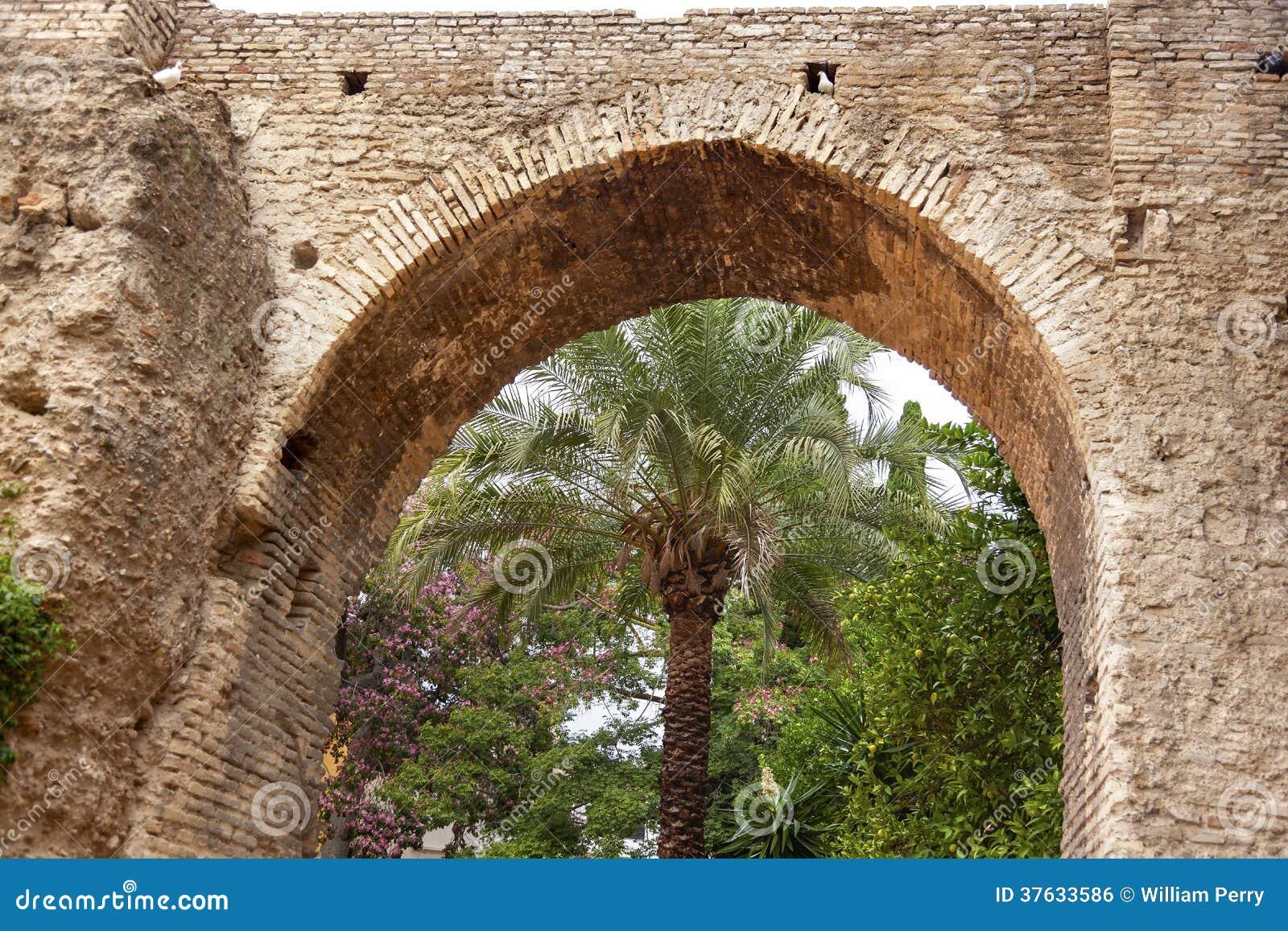 Alcazar de piedra royal palace sevilla espa a del jard n for Arco decorativo jardin