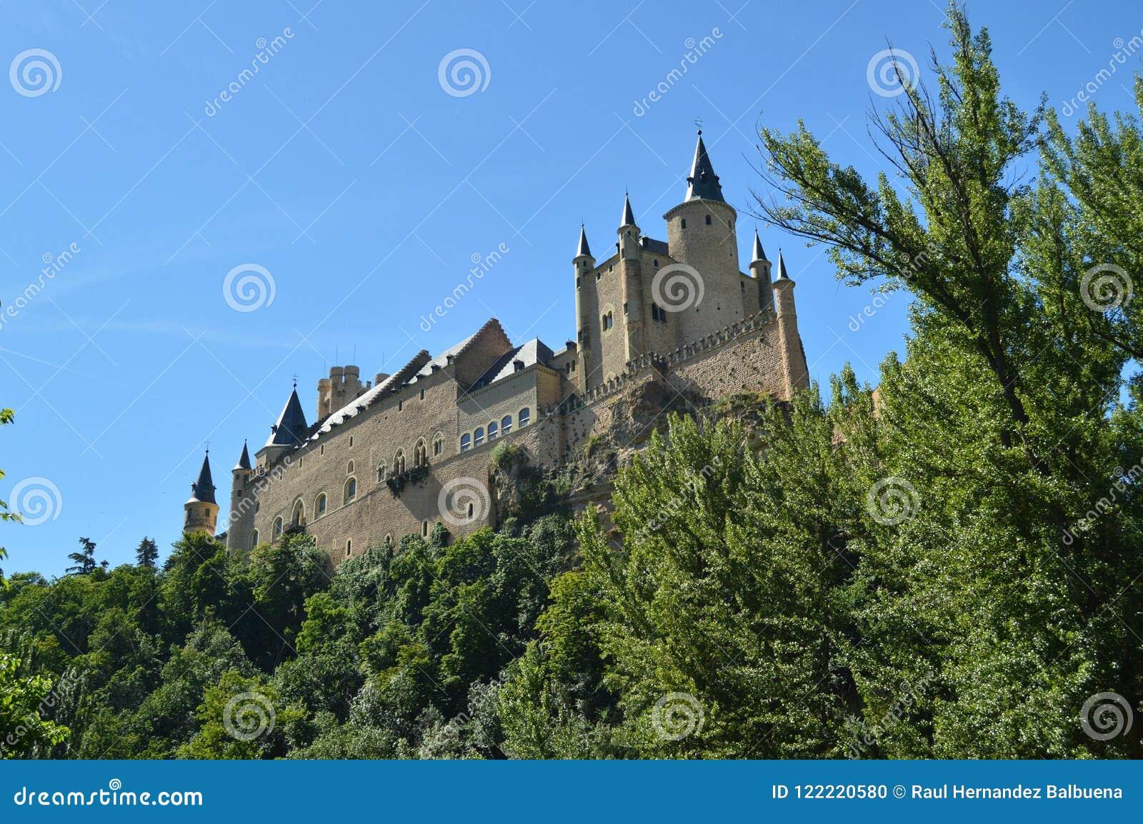 Alcazar kasztel Widzieć Od rzeki Która Biega Przez doliny Która Króluje W Segovia Nieznacznie Łapał Małym gajem architekt