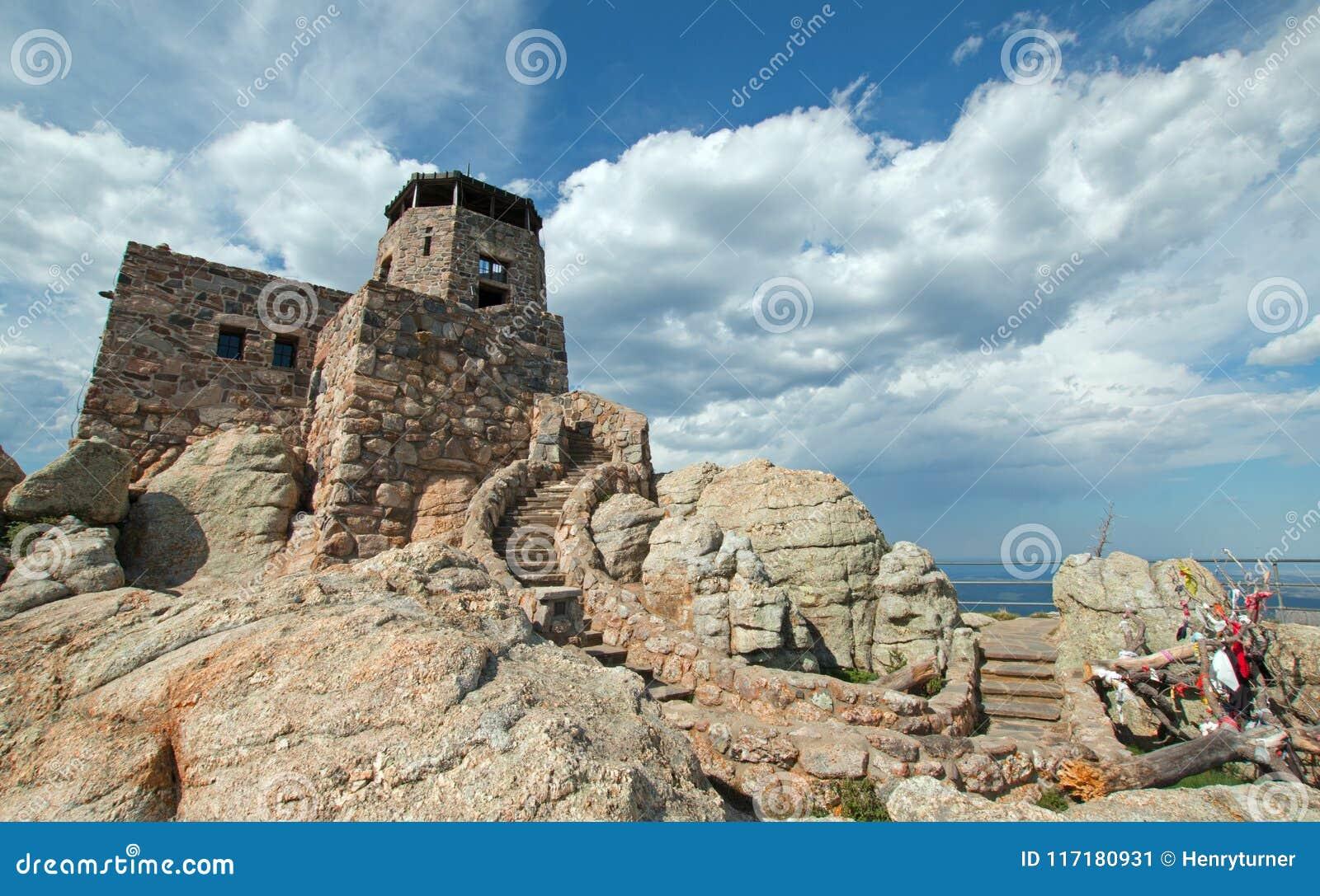 Alce Nero alza [precedentemente conosciuto come picco di Harney] la torre verticalmente dell allerta del fuoco in Custer State Pa