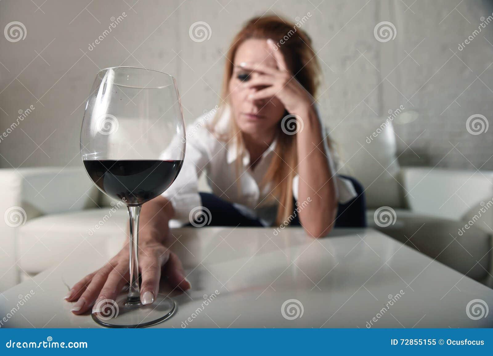 Alcoólico deprimido triste mulher bebida que bebe em casa no abuso de álcool da dona de casa e no alcoolismo