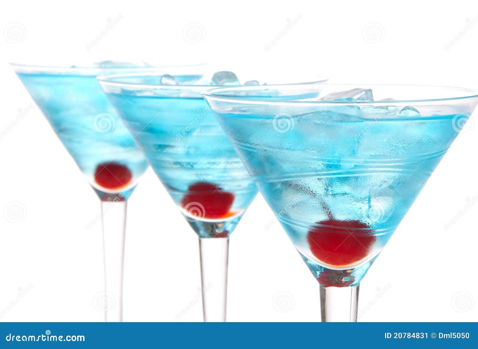 Alcohol azul del rowwith de los cocteles de martini