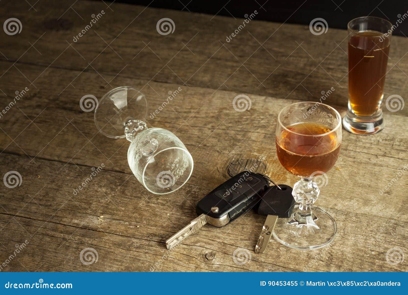 Alcohol en het drijven Gevaar op de wegen Alcoholisch achter het wiel Autosleutels op de bar