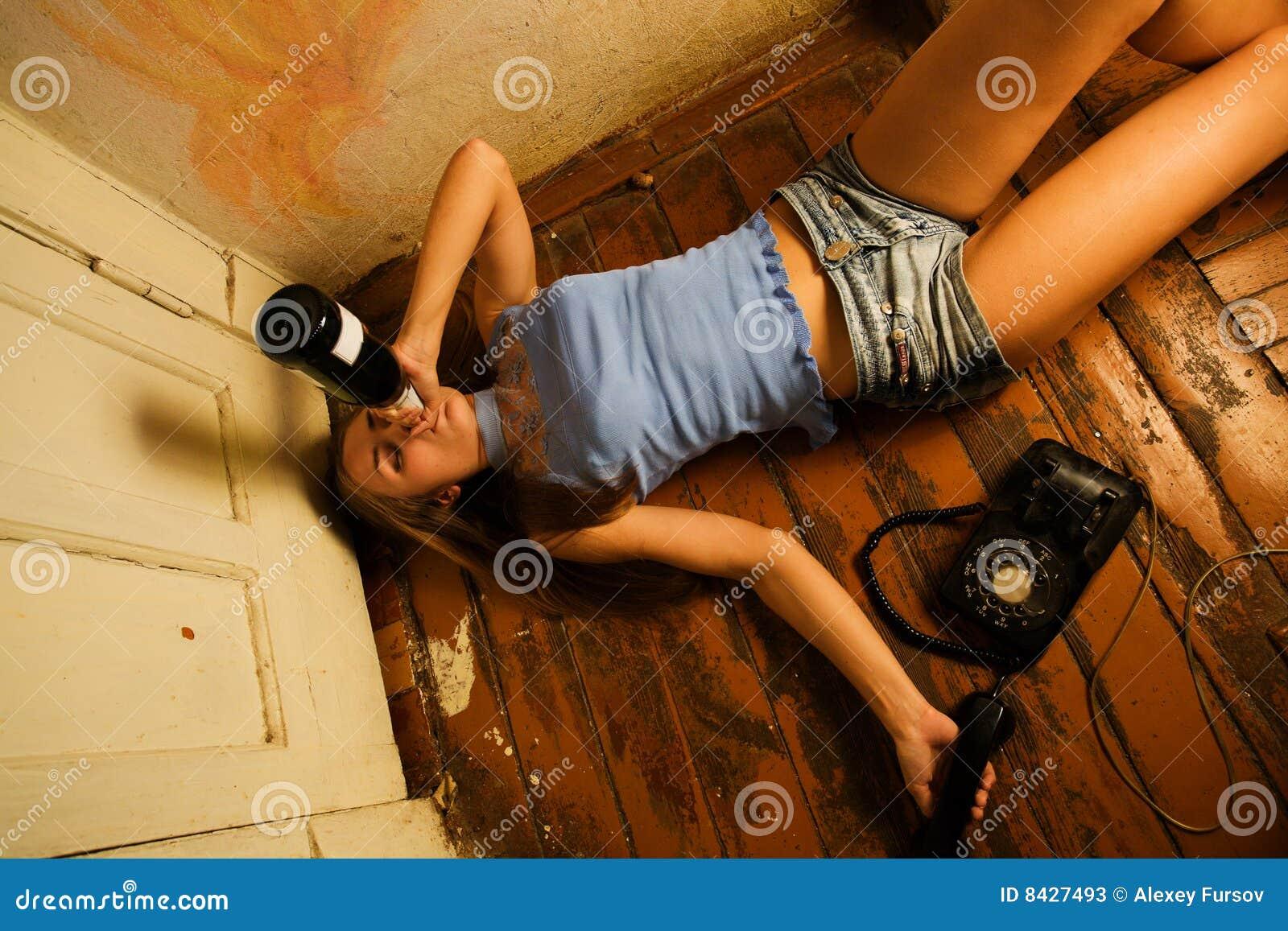Пьяная женщина лежит 22 фотография