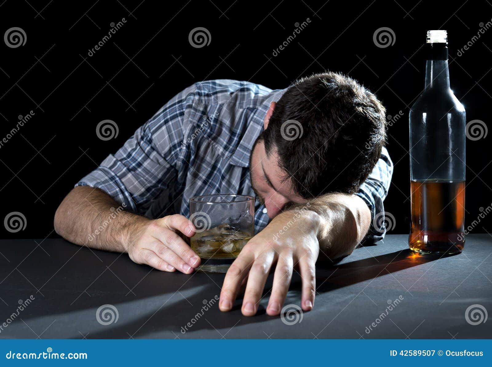 Alcoholisch de whiskyglas van de verslaafdenmens gedronken slaapholding in alcoholismeconcept