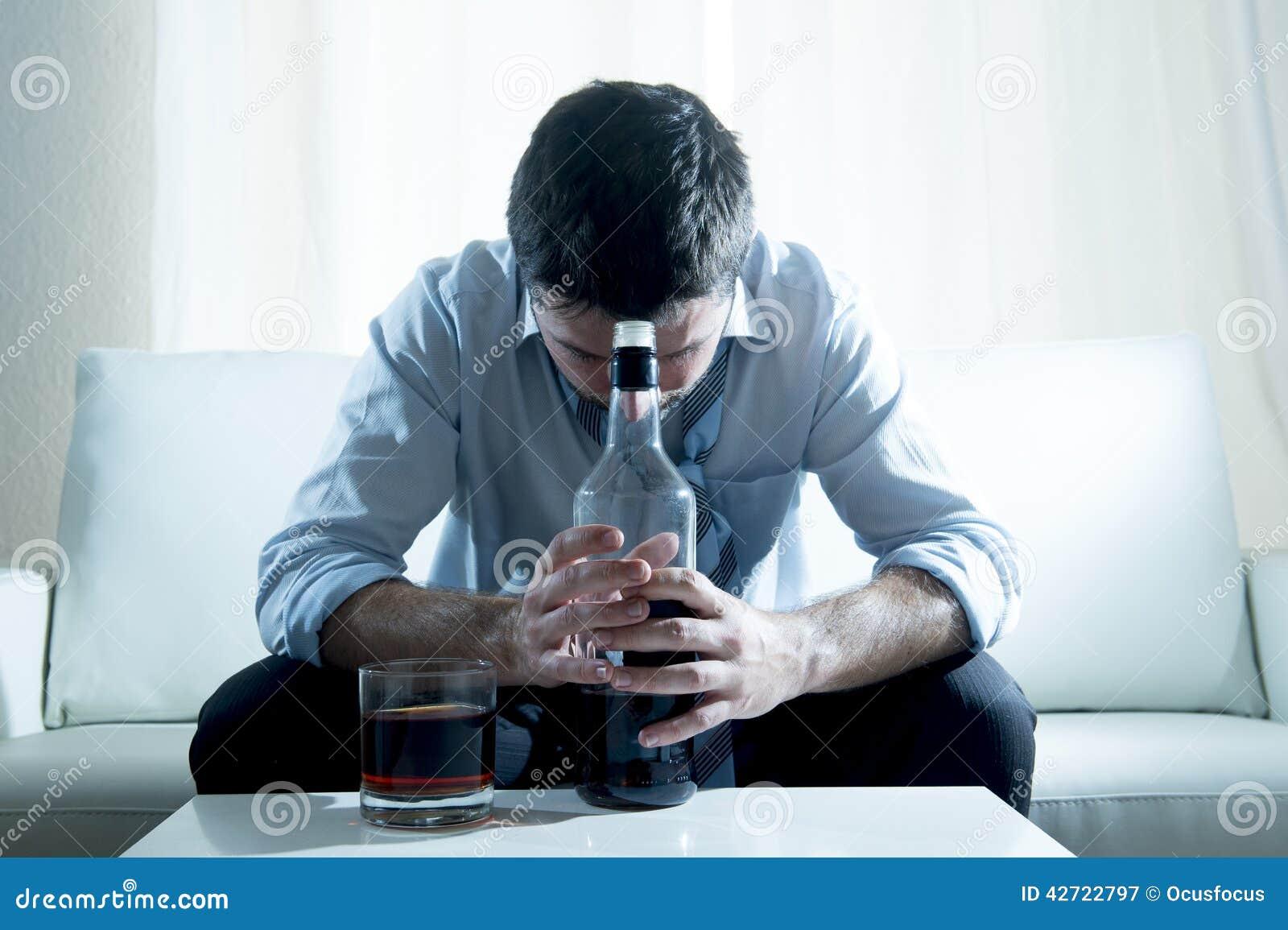 Alcoholische Bedrijfsmens die blauwe losse die band dragen met whiskyfles wordt gedronken op laag