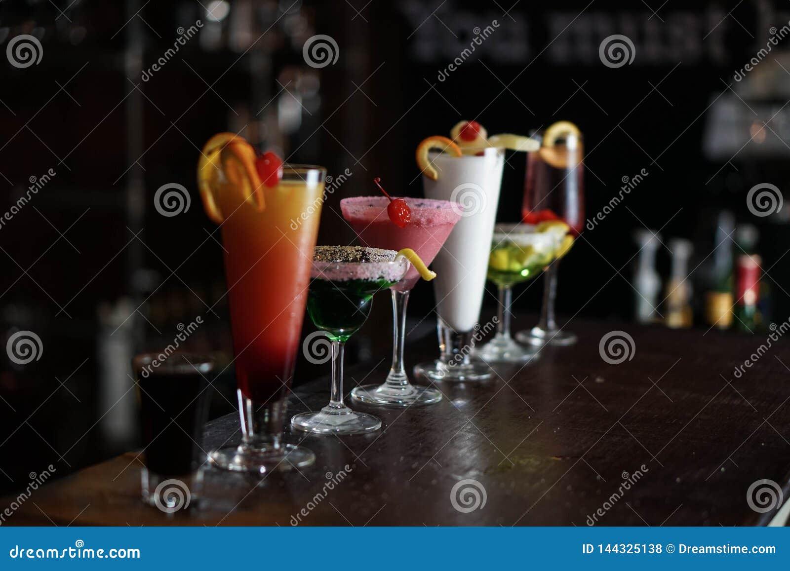 Alcoholische die Dranken op een bar worden gevoerd