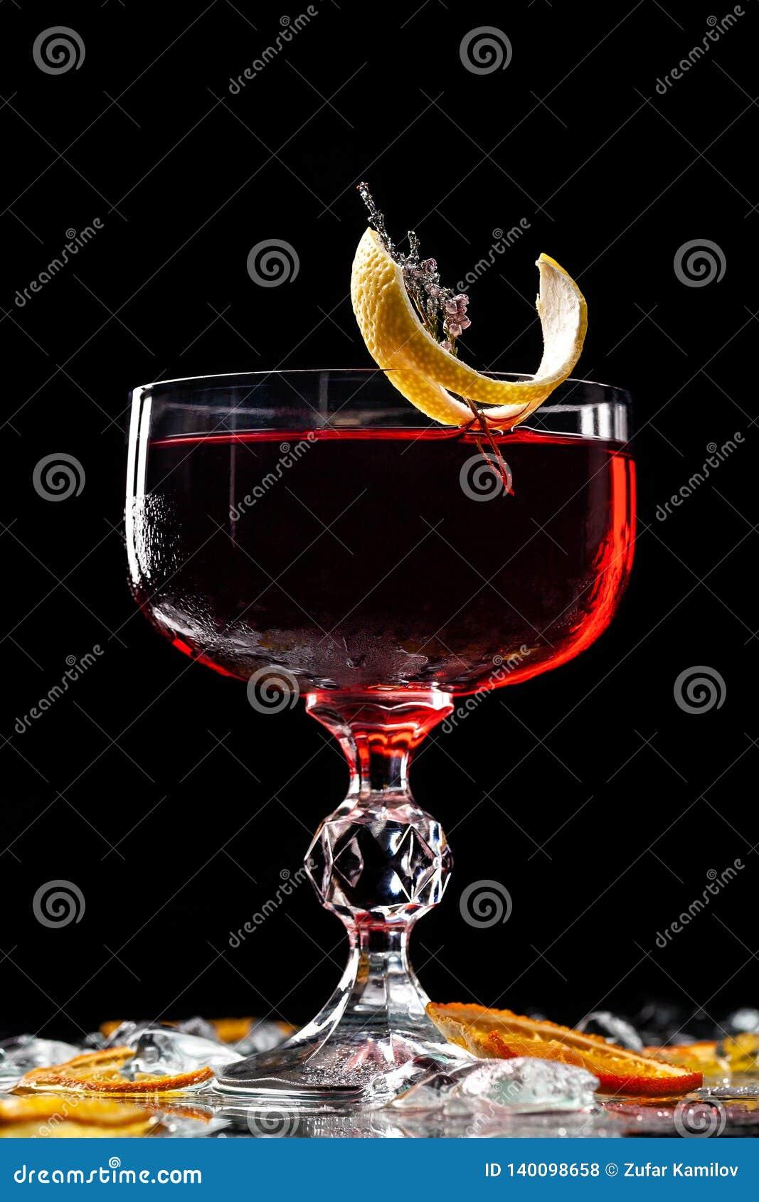 Alcoholische dranken en cocktails voor bars en restaurants met ijs op een zwarte achtergrond in glasglazen