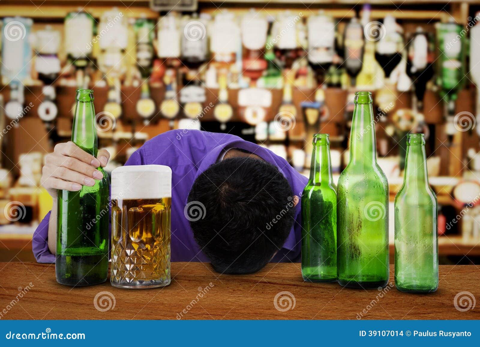 Alcoholische slaap in de bar