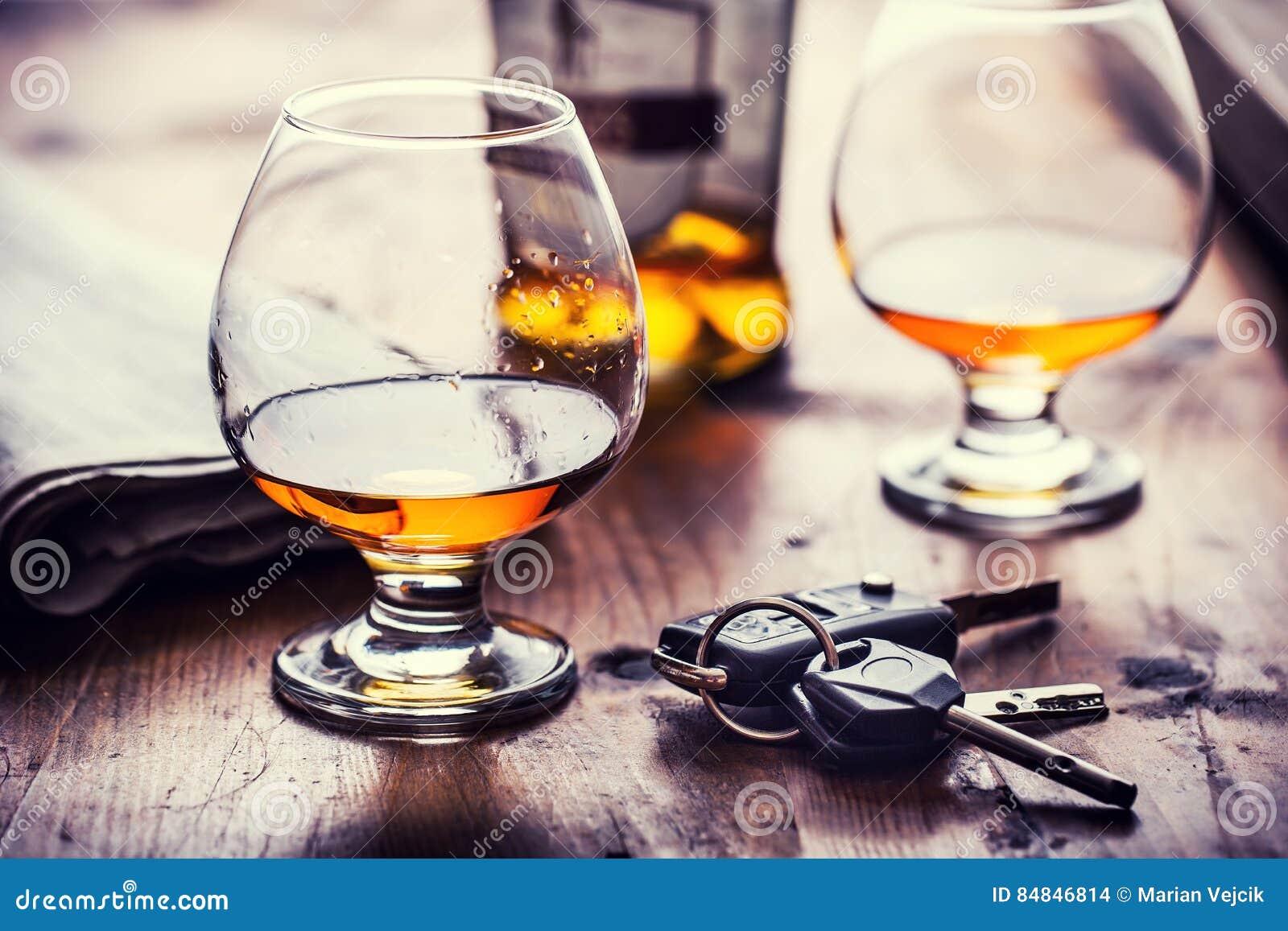 Alcoholisms 杯科涅克白兰地或白兰地酒手人钥匙对汽车和不负责任的司机