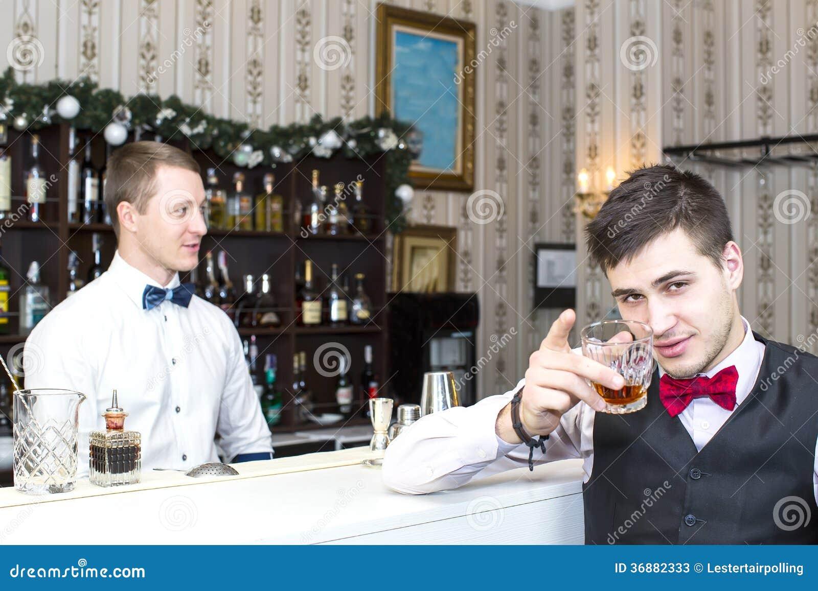 Download Alcool bevente dell'uomo immagine stock. Immagine di intossicazione - 36882333