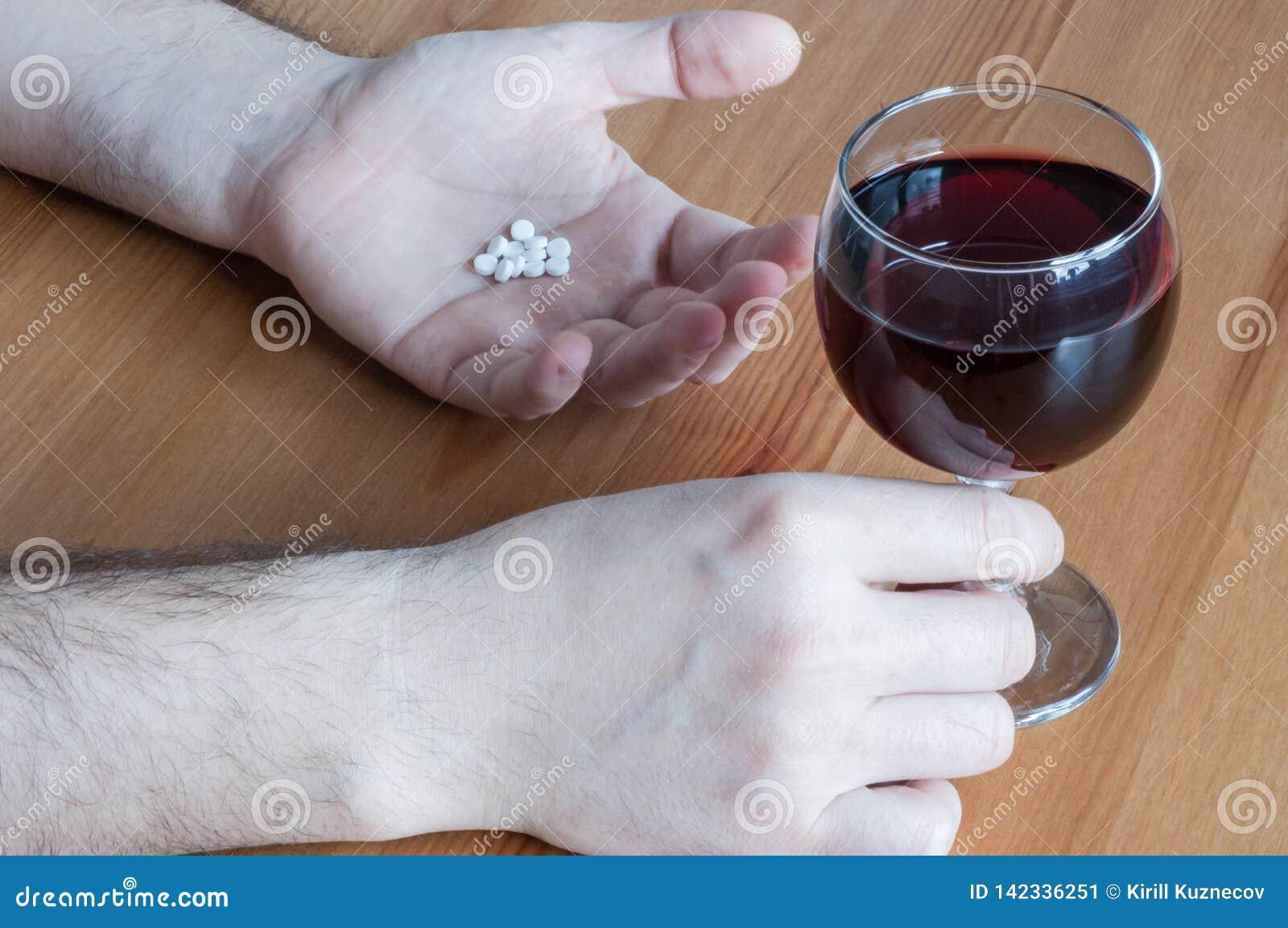 Alcool de mélange avec le cartel blanc en verre de concept de plan rapproché de table de main de vin rouge d antibiotiques de pil