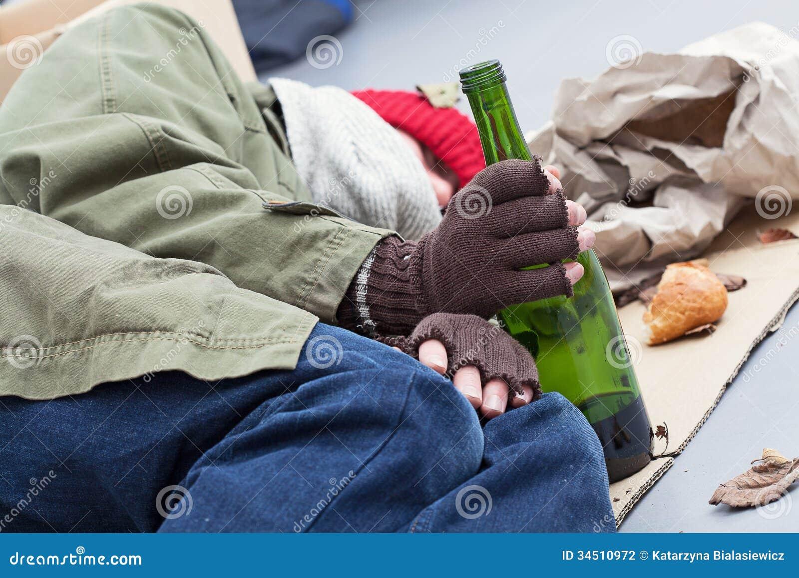 Alcoolique sans abri sur une rue