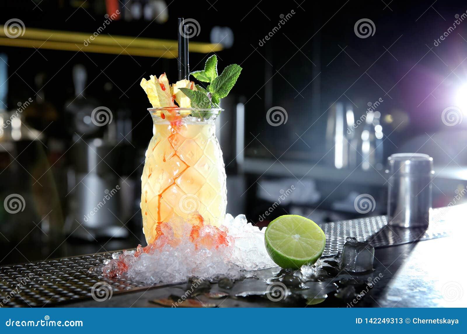 Alcoolizzato fresco Malibu e cocktail del succo di ananas sul contatore della barra
