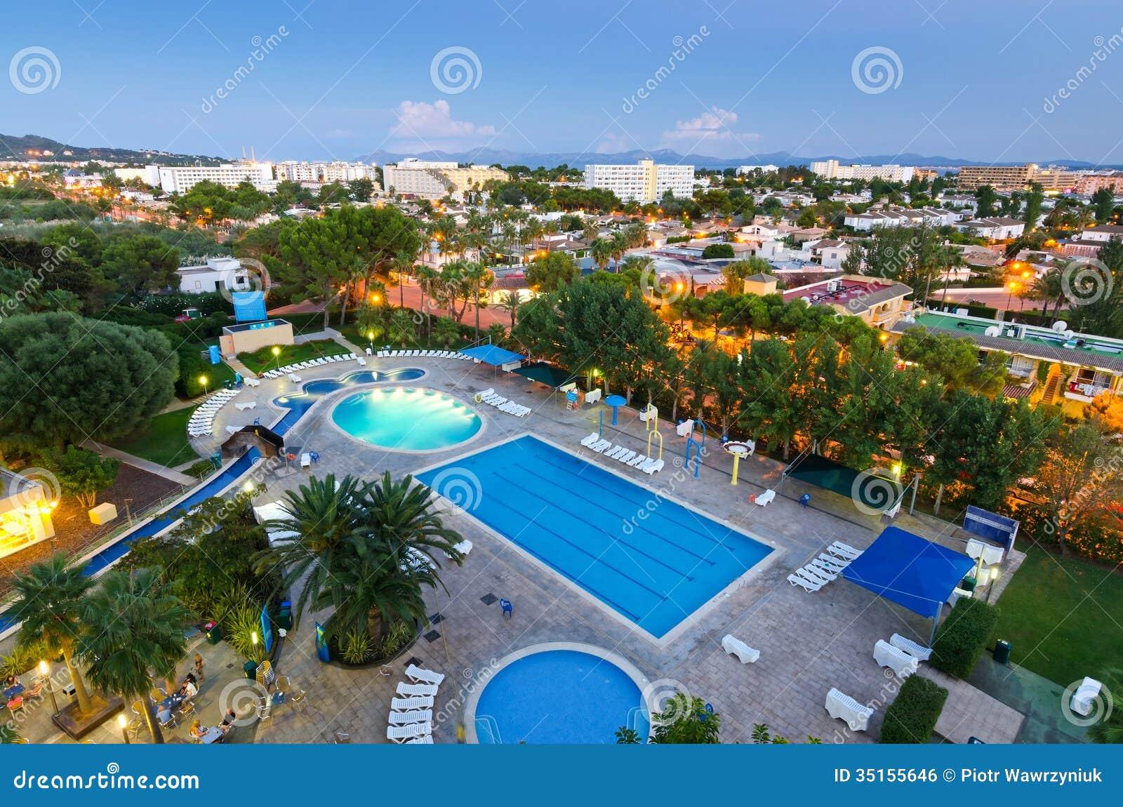 Ypperlig Alcudia Stad På Aftonen - Sikt Från Hotell Redaktionell Bild UN-44