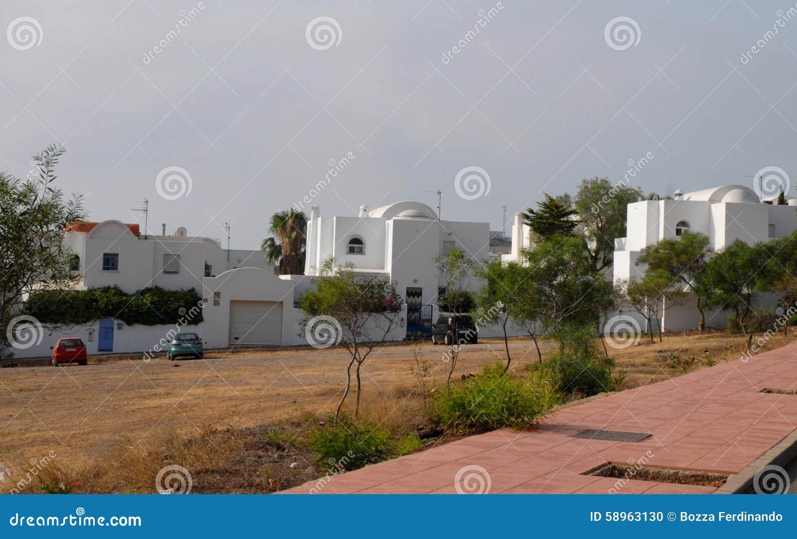 Alcune case bianche moderne vicino a gata bay in andalusia for Case bianche moderne