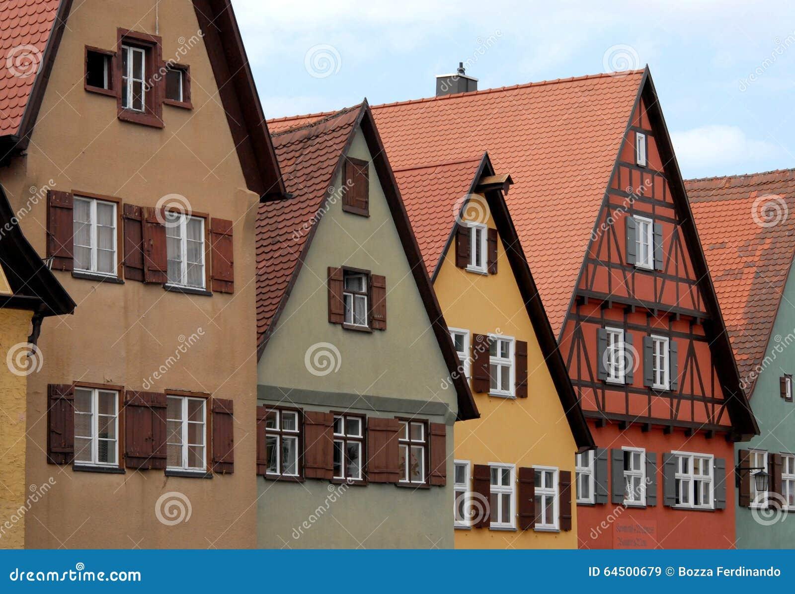 Alcune case dei colori varianti e delle finestre con le for Finestre bianche