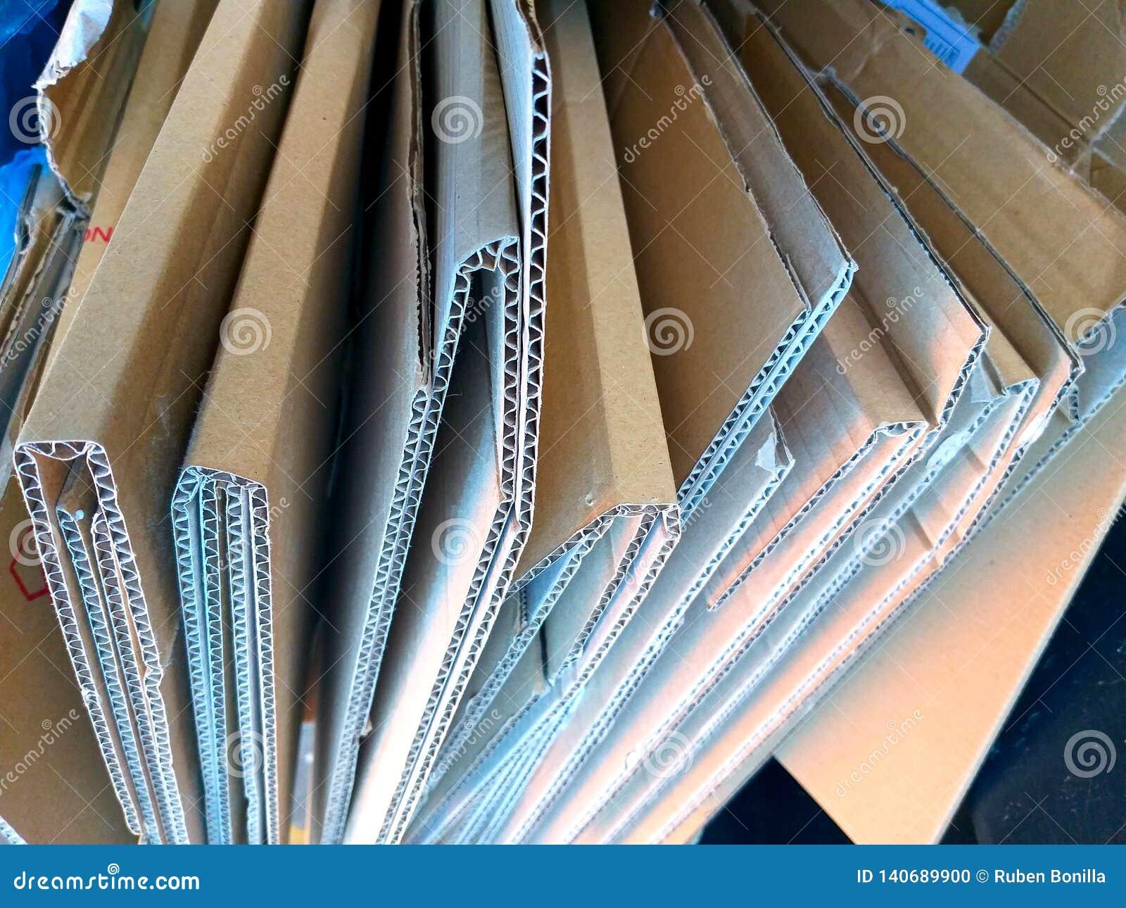 Alcune scatole marroni piegate di cartone pronte a riciclare