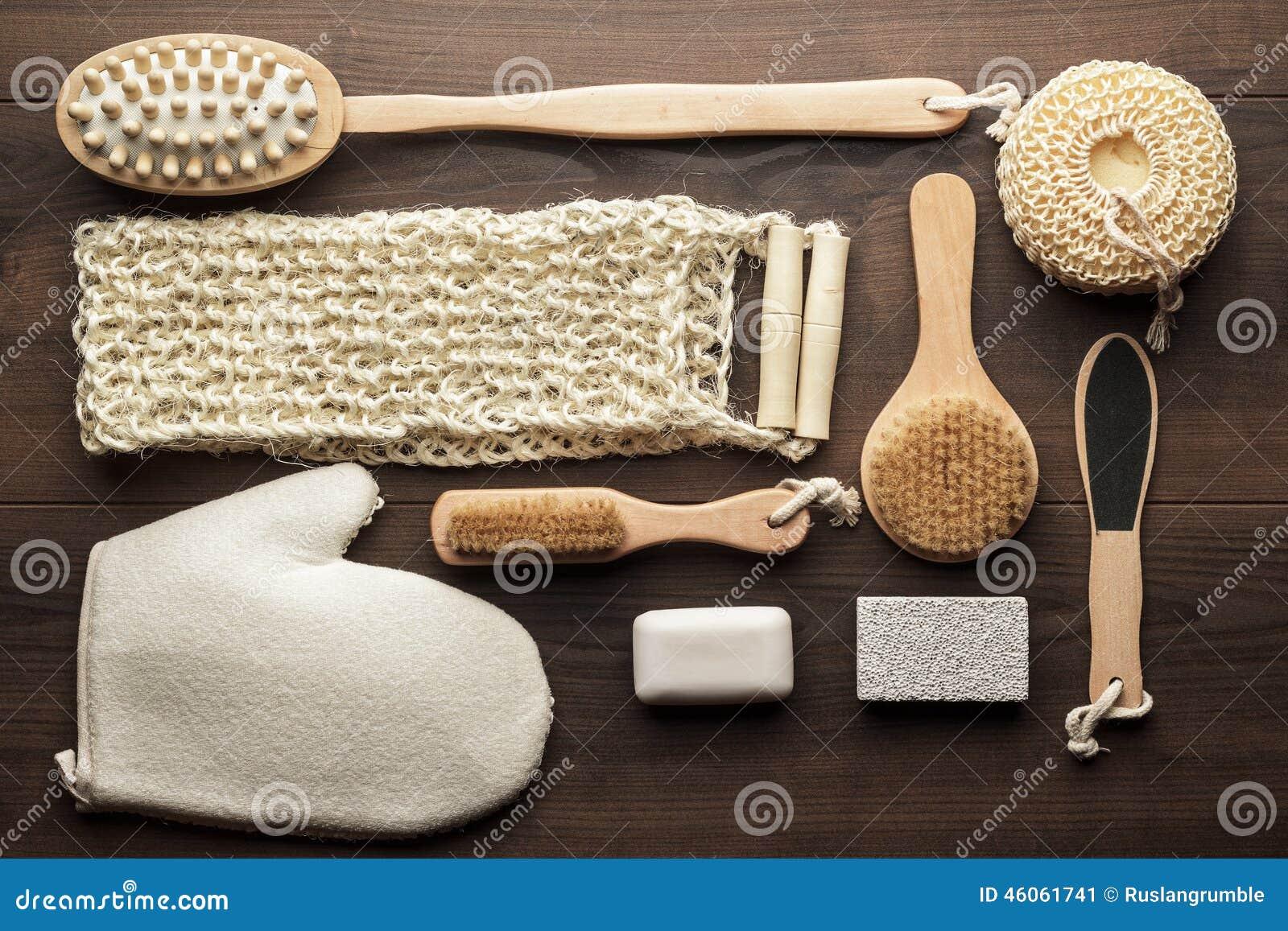 Accessori Bagno Marrone : Alcuni accessori del bagno su fondo di legno marrone immagine