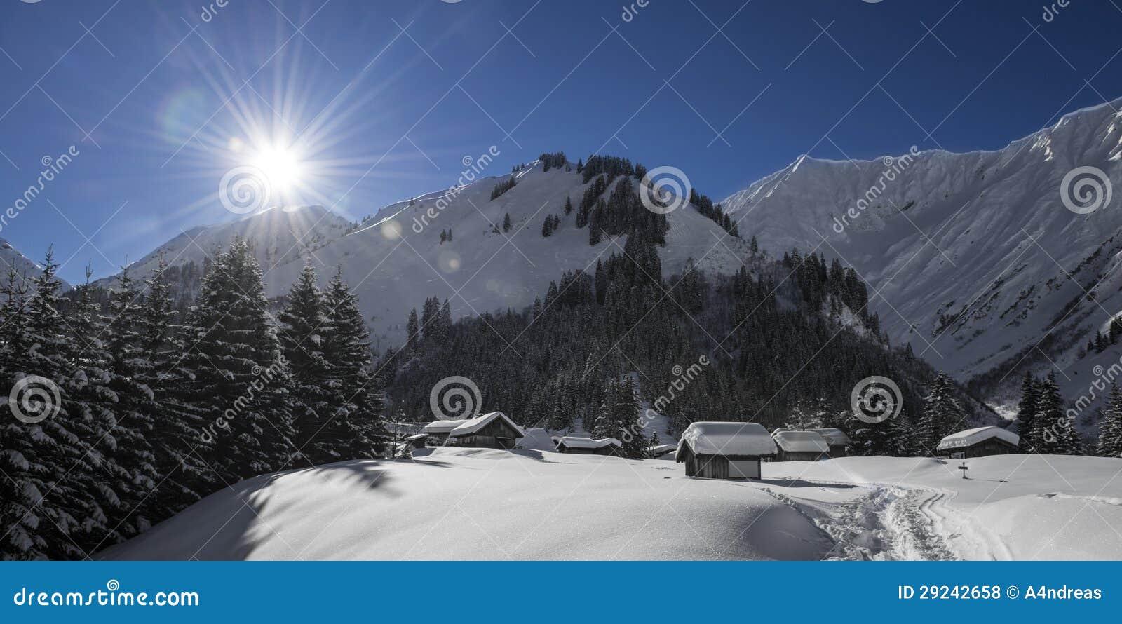 Download Aldeia Da Montanha Austríaca Idílico Foto de Stock - Imagem de cottage, frio: 29242658