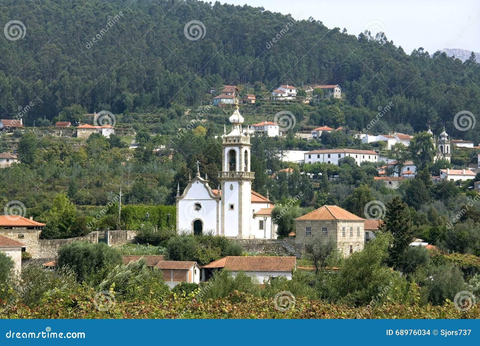 Aldeia da montanha típica da opinião da vila, Portugal norte