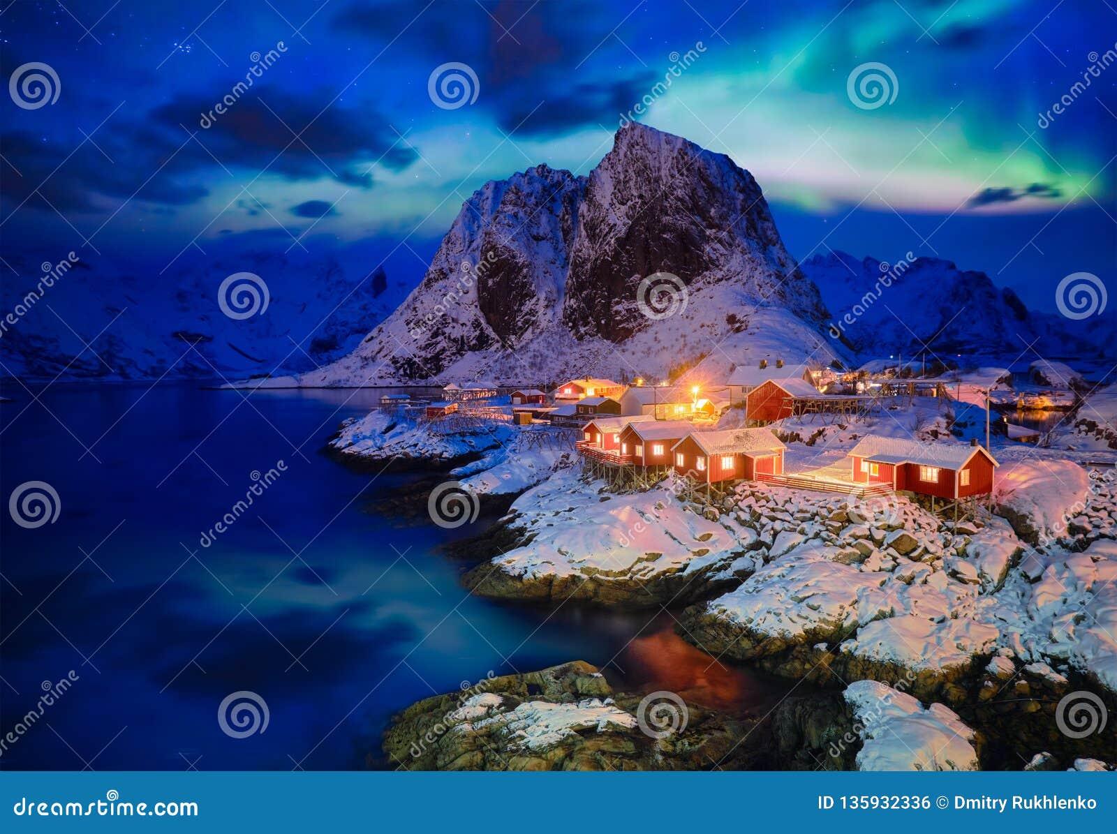 Aldeia piscatória de Hamnoy em ilhas de Lofoten, Noruega