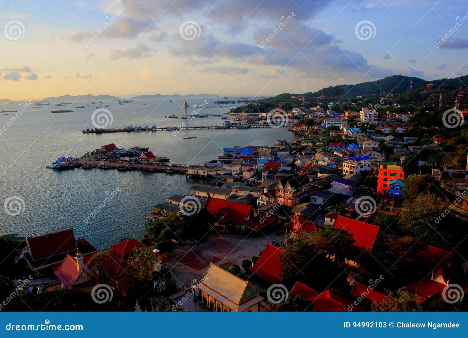 Aldeia piscatória do mar em Koh Si Chang