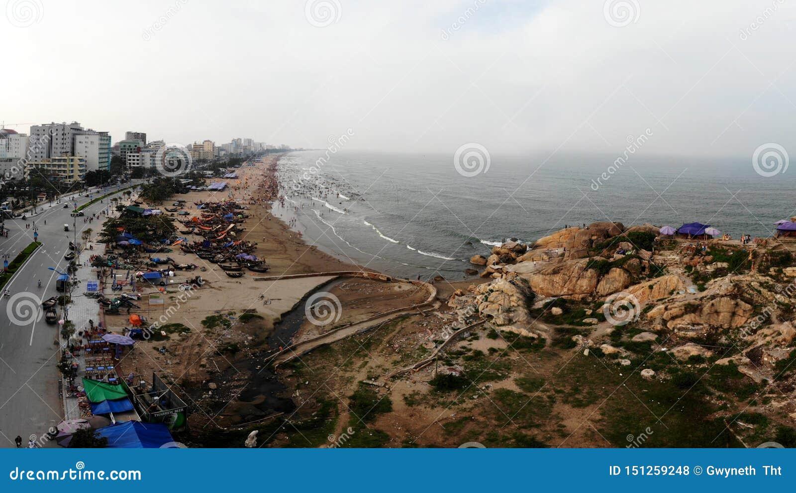 Aldeia piscatória pela praia