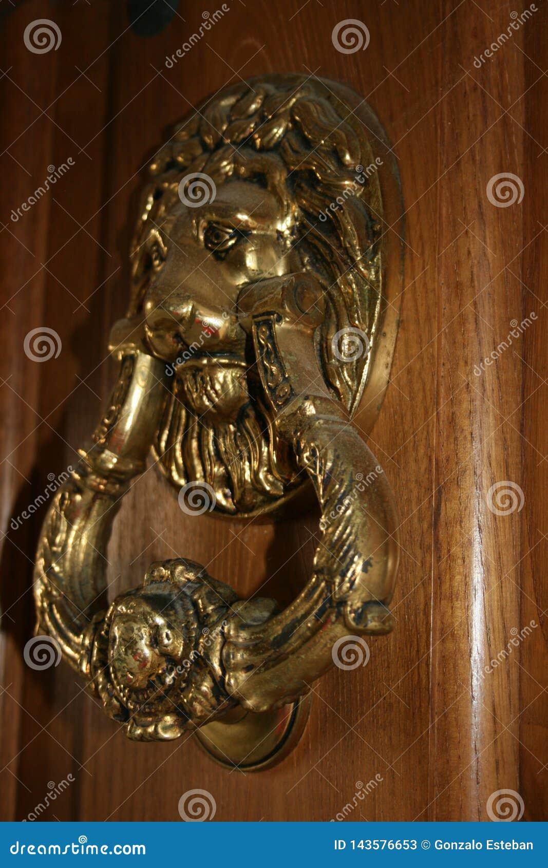 Aldrava dourada com uma cabeça do leão