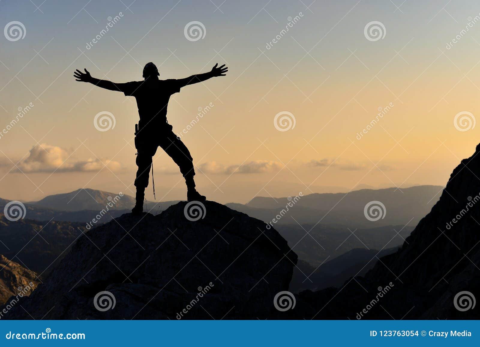 Alegria da cimeira, realização do objetivo e homem entusiástico