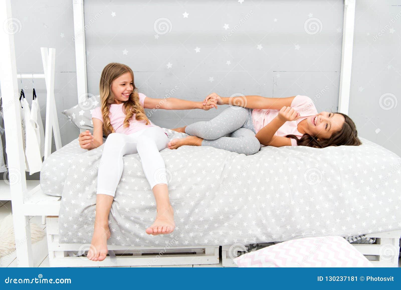 Alegria e felicidade Caçoa melhores amigos das irmãs das meninas completamente da energia no humor alegre Conceito do bom dia Cri