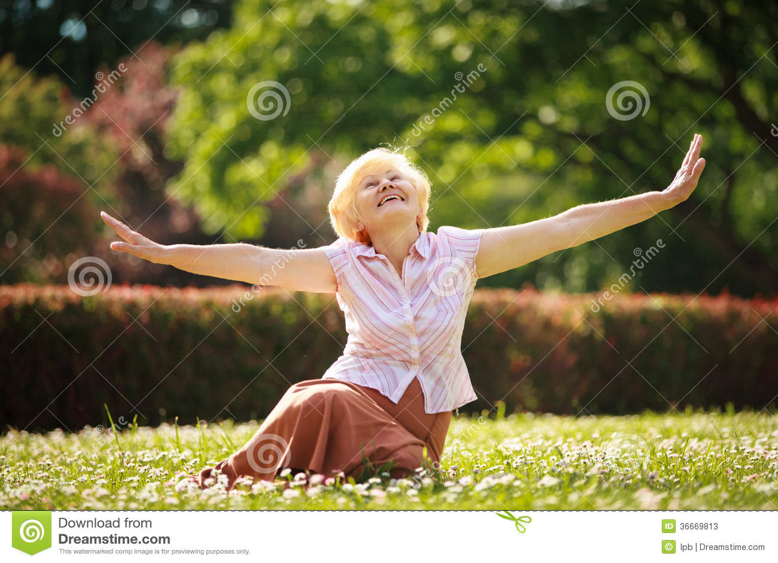 Alegria. Meditação. Mulher satisfeito madura que relaxa com braços extendidos