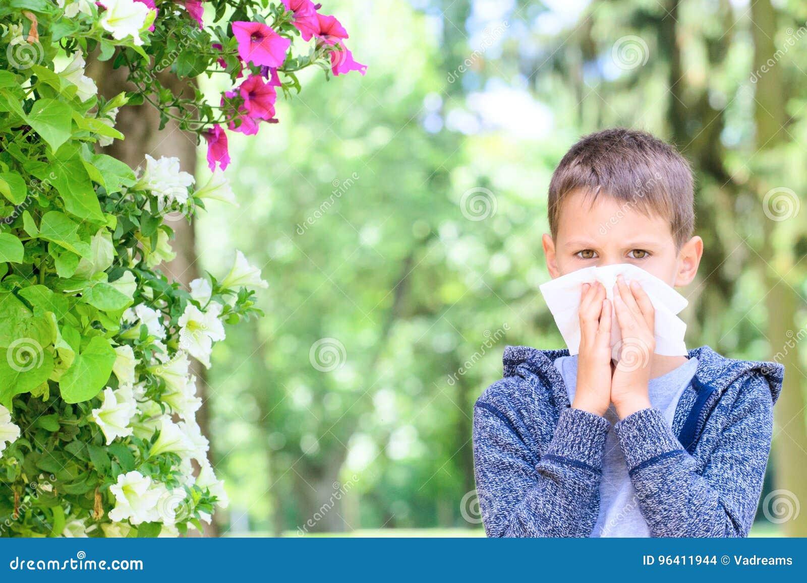 Alergia Chłopiec alergie od kwiatu pollen