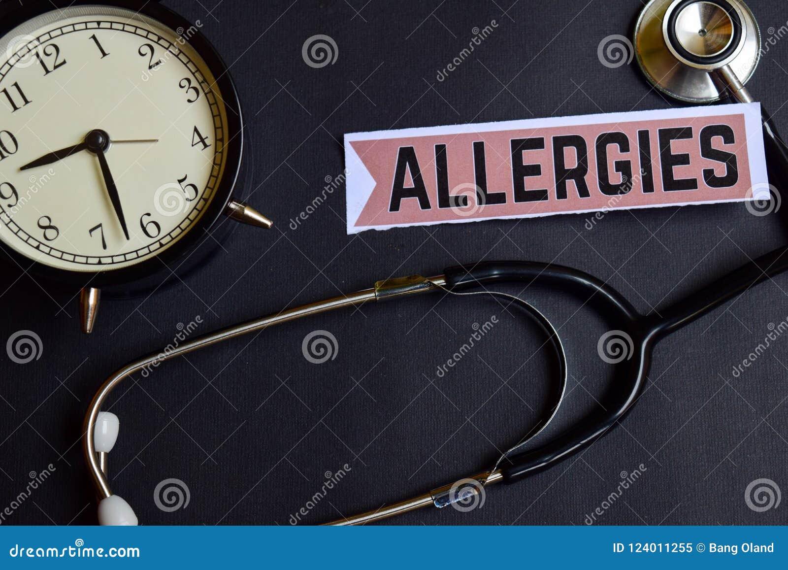 Alergias en el papel con la inspiración del concepto de la atención sanitaria despertador, estetoscopio negro