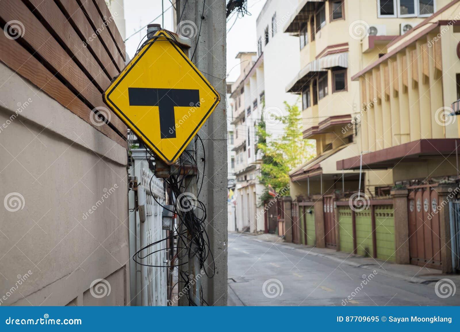 Alerte de poteau de signalisation pour le carrefour en avant