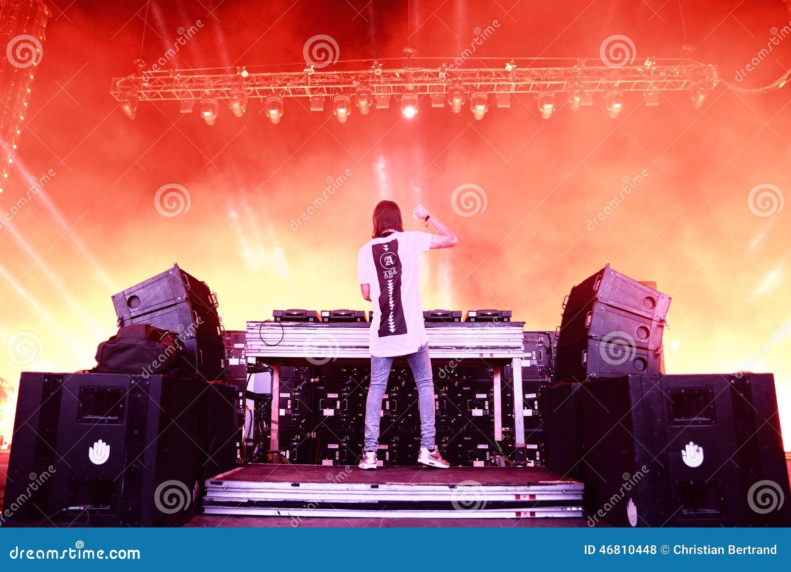 Alesso (瑞典DJ和电子舞蹈音乐生产商)执行在小谎节日